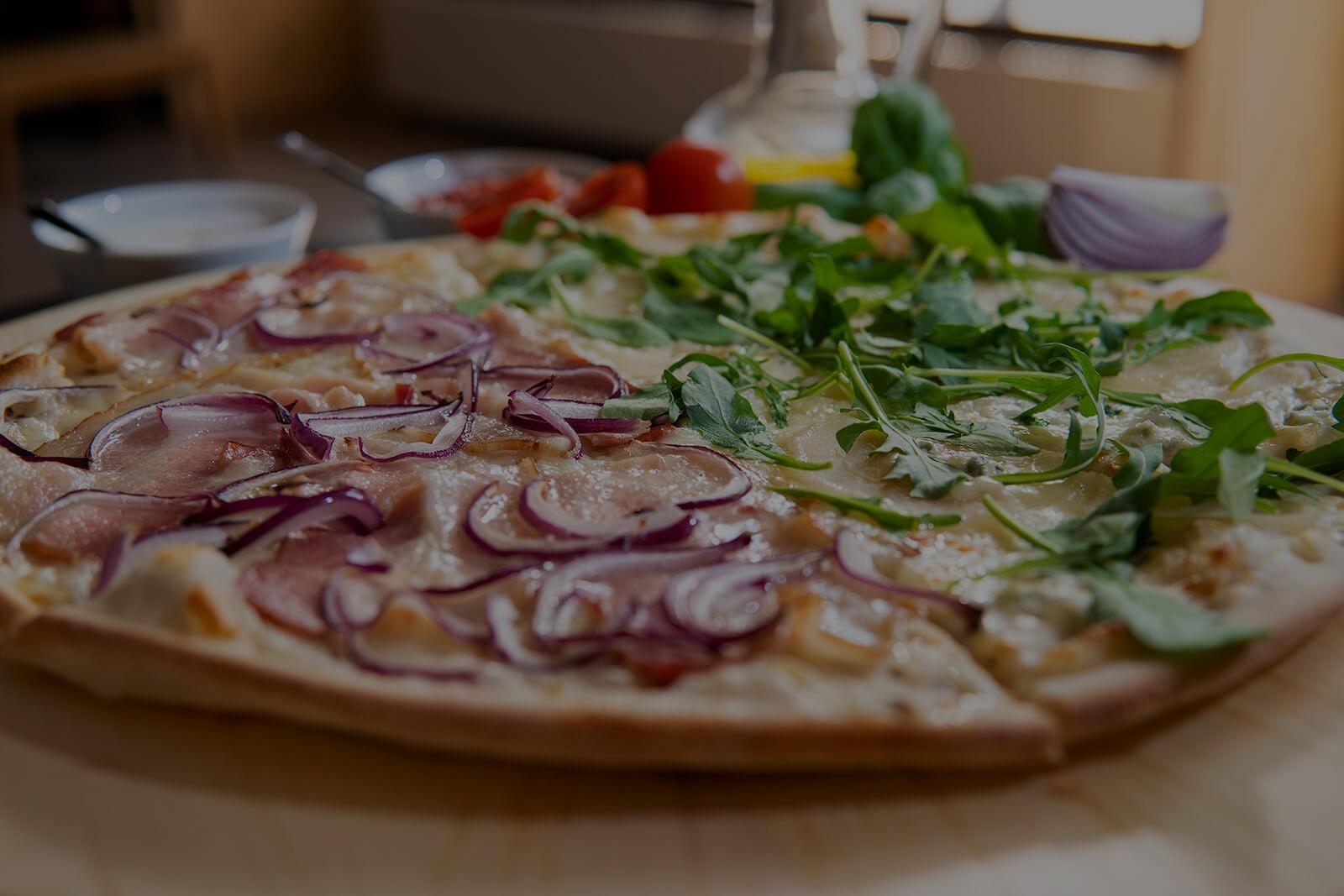 <h2>Do każdej pizzy 2 sosy w prezencie. <br>Dostawa za uśmiech!</h2>